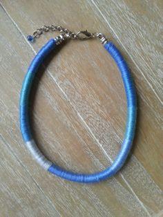 Deze trendy, korte ketting is volledig omwikkeld met 100% katoen. Er is gebruik gemaakt van verschillende kleuren blauw garen met een mooie glans. www.yomesieraden.nl