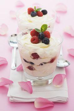 Frozen Joghurt mit Waldbeeren selber machen. Rezept auf www.gofeminin.de/kochen-backen/frozen-joghurt-rezept-s697138.html #eis #himbeeren #blaubeeren
