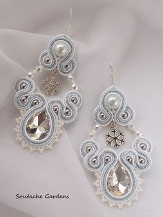 Snowflake soutache earrings Bridal Jewelry, Beaded Jewelry, Beaded Bracelets, Tutorial Soutache, Soutache Necklace, Earring Trends, Embroidery Jewelry, Shibori, Handmade Necklaces