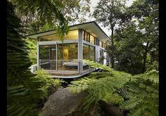 Maison vitrée dans la forêt