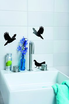 Med stickers kan du på den hurtigste og billigste måde friske dine fliser op. Der må hverken sidde sæbe eller kalkrester på fliserne, og fliserne bør derfor renses grundigt, før der klistres stickers på. Ark med seks fugle, 40 kr., Sen-Sen, massag... Bathtub, Dining, Bathroom, Blog, Handmade, Home Decor, Modern, Standing Bath, Washroom