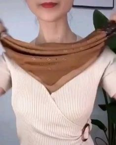 Ways To Tie Scarves, Ways To Wear A Scarf, How To Wear Scarves, Scarf Wearing Styles, Scarf Styles, Diy Fashion Hacks, Fashion Tips, Mode Outfits, Fashion Outfits