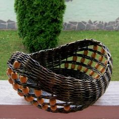 Newspaper Basket, Newspaper Crafts, Paper Weaving, Weaving Art, Rope Basket, Basket Weaving, Baskets On Wall, Wicker Baskets, Contemporary Baskets
