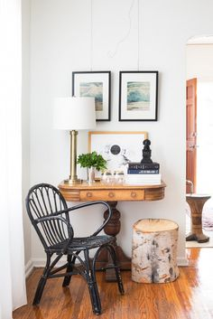 Forget the strains of your modern life by having such best vintage furniture ideas. Enjoy the tons of old and retro look that's gonna appeal your interior and exterior. Interior Design Vignette, Beautiful Interior Design, Interior Design Inspiration, Interior Styling, Interior Exterior, Interior Architecture, Image Deco, Rich Home, Foyer Decorating