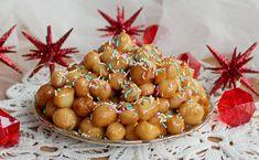 Gli Struffoli Napoletani sono un dolce tipico natalizio. Molto semplici da realizzare, sono saporiti, colorati, allegri e dall'intenso profumo di miele e l