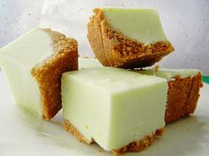 Key Lime Fudge is Super yummy! 1 ounce) can evaporated milk 1 cups sugar teaspoon salt 12 large marshmallows 2 cups white chocolate chips cup lime rind, grated (about 5 limes) 2 tablespoons key lime juice Fudge Recipes, Candy Recipes, Sweet Recipes, Dessert Recipes, Cookbook Recipes, Key Lime Fudge, Key Lime Pie, Just Desserts, Delicious Desserts