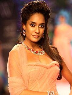 Wishing a very #HappyBirthday to the Indian model and actress Lisa Haydon  #Bollywood #Actress #Model #HouseFull3 #Utopeen