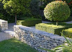 How to install a wall in dry stone Modern Landscape Design, Modern Landscaping, Backyard Landscaping, Porches, Dry Stone, South Of France, Garden Inspiration, Stepping Stones, Sidewalk