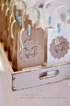 Bolsa dulcera para baby shower temática caballos - https://manualidadesparababyshower.net/bolsa-dulcera-para-baby-shower-tematica-caballos/