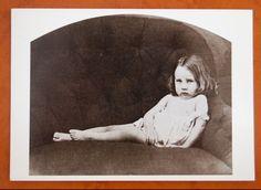 Vintage ansichtkaart van historische foto door Lewis Caroll (bekend als schrijver van Alice in wonderland) uit ca. 1859