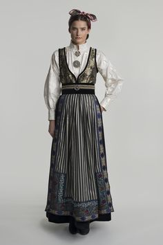fantasistakk-0508 Norwegian Clothing, Dress Pesta, Viking S, Folk Costume, Looking Gorgeous, Fashion Outfits, Womens Fashion, My Outfit, Cool Style