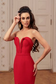 Rich in bright shades and a variety of silhouettes 'Allure' cocktail dresses collection brilliantly reflects all the latest trends in evening fashion. Evening Gowns With Sleeves, Long Evening Gowns, Strapless Dress Formal, Formal Dresses, Lovely Legs, Short Cocktail Dress, Spring Dresses, Signature Style, Skirt Fashion