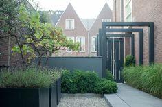 Sfeervolle stadstuin met veranda www. Modern Garden Design, Contemporary Garden, Landscape Design, Porche, Patio Interior, Garden Yard Ideas, Garden Architecture, Pergola Designs, Pergola Kits