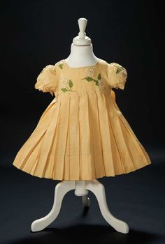"""Love, Shirley Temple, Collector's Book: 141 Shirley Temple's Daisy Dress Worn During Opening of """"When I Grow Up"""" in """"Curly Top"""" Vintage Girls, Vintage Outfits, Vintage Fashion, Vintage Clothing, Daisy Dress, Flower Girl Dresses, Girls Dresses, Temple Dress, Hollywood Costume"""