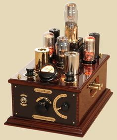 Gorgeous tuner with integrated vacuum tube amplifier from Kanbo Yoshiba. This vintage tech has serious steampunk style. Tvs, Diy Hifi, Mc Intosh, Radio Amateur, Cd Player, Valve Amplifier, Antique Radio, Steampunk Lamp, High End Audio