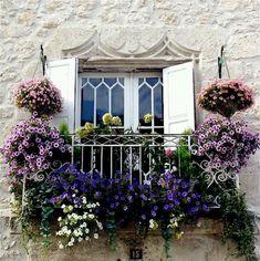 Adoro varandas e janelas floridas !