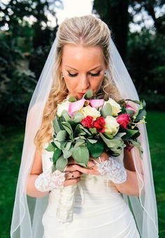Dem Brautstrauß kommt bei einer Hochzeit zumeist eine spezielle Bedeutung zu. In ihm finden sich oft die Lieblingsblüten oder bevorzugten Farben der Zukünftigen wieder. Manchmal verbinden die Paare mit ihrer Auswahl auch bestimmte Erinnerungen, denn beinahe alle Blumen besitzen eine besondere Symbolik. Bevor Sie also den Strauß für den schönsten Tag in Ihrem Leben kaufen