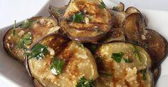 Vinetele sunt printre cele mai sănătoase legume din lume Şi, cu toate că luna iulie este perioada în care acestea sunt în plin sezon, ne putem bucura de ele până târziu în toamnă. Se consideră că vinetele sunt originare din India, unde au crescut ca plante sălbatice şi au fost cultivate pentru pr Low Carb Recipes, Vegan Recipes, Cooking Recipes, Romanian Food, Hungarian Recipes, Vegan Dinners, Raw Vegan, Vegetable Recipes, Food And Drink