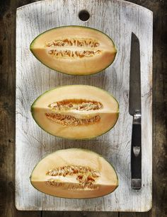 25 foods that banish bloat Cantaloupe      This orange melon is full of anti-bloating potassium, low in calories, and has a high water content, so you can get away with eating a lot of it.