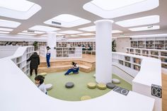 Jingshan School Library Renovation / Hui-Yin Design & Research The library located inside the main building of theschool formerly served the high school students without natural ventilation and lighting. Library Architecture, School Architecture, Architecture Design, Library Plan, Kids Library, Open Library, Library Ideas, School Library Design, School Building