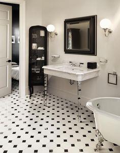 Le style Art déco apporte classe et originalité à la salle de bains. Découvrez nos 5 conseils pour adopter le style Art Déco dans votre salle de bains. Eclectic Bathroom, Modern Bathroom, Classic Bathroom, Devon Devon, Black Interior Doors, Mosaic Bathroom, Bathroom Photos, Bathroom Ideas, Dream Bathrooms