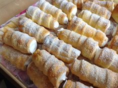 Kremrole ze zakysanky  380 g hladké mouky + na podsypávání 250 g rostlinného tuku Hera 200 g zakysané smetany 1 vejce na potření tuk na pomazání trubiček