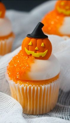 25 Ideas for Halloween Cupcakes That Make the Sweet Treats Deliciously Spooky halloween sweets ideas Halloween Torte, Bolo Halloween, Postres Halloween, Halloween Sweets, Halloween Goodies, Halloween Food For Party, Spooky Halloween, Halloween Pumpkins, Halloween Cup Cakes Ideas
