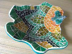 Gamela em cerâmica, com mosaico em vidro, medindo 35cm de diâmetro.