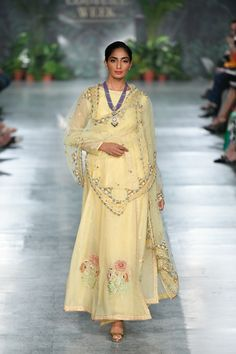 Rahul Mishra ICW 2018 collection was one of the best shows in couture week. Check out gorgeous bridal lehengas and outfits for the whole family in this post Lakme Fashion Week, India Fashion, Ethnic Fashion, Asian Fashion, Dress Indian Style, Indian Dresses, Mob Dresses, Indian Clothes, Indian Attire