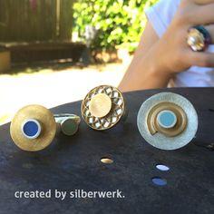 Schöner Sommer - bleib noch ein bisschen ;-)  Die Silber-Tops mit blauem Kaltemaille gibt es in auch vielen anderen Farben: https://www.silberwerk.de/katalog/121-farbigetops