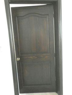 Puerta y marco de pino color chicolate