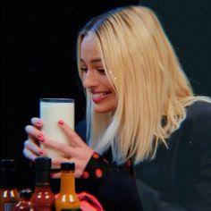 Margot Robbie Photoshoot, Arlequina Margot Robbie, Actriz Margot Robbie, Margo Robbie, Margot Robbie Harley Quinn, Harley Quinn Drawing, Joker And Harley Quinn, Hearly Quinn, Queen Videos