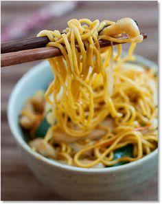 Low FODMAP chicken chow mein also gluten free   www.ibssano.com/...