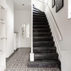 Het leer op de trap geeft de hal direct een status! Ook de overloop kreeg dezelfde look, zo is het mooi één geheel!