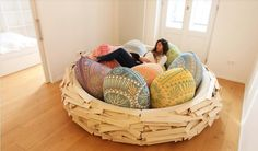 """Tuffarsi in un divano morbido e accogliente come un nido. Anzi in un nido vero e proprio. """"The giant Birdsnest"""" è un'idea di design d'interni perfetta per Pasqua ma non solo. E' stato realizzato da  OGE CreativeGroup  e dai due designer Merav Eitan e Gaston Zahr che raccontano di &q"""