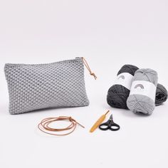 A wonderful crocheted makeup bag in a beautiful and simple pattern. Decide which Rainbow colors you like the best and get started on your own makeup bag. Crochet Case, Crochet Clutch, Knit Or Crochet, Crochet Hooks, Makeup Bag Pattern, Cordon En Cuir, Crochet For Beginners Blanket, Bag Pattern Free, Knitted Bags