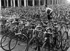 Parc à cycles. Juin 1949 |¤ Robert Doisneau | 5 avril 2015 | Atelier Robert Doisneau | Site officiel