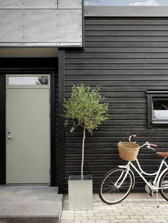 Fasaden er malt med DRYGOLIN Nordic Extreme i fargen JOTUN 0734 Brunsvart. Dør er malt med DRYGOLIN Ultimat Vindu & dør i fargen JOTUN 7629 Antique Green. 50 Shades Of Grey, Tiny House, Entrance, Mosaic, Sweet Home, Exterior, Building, Outdoor Decor, Design