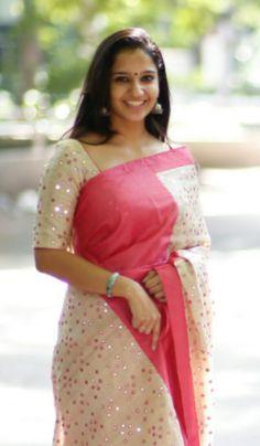 Cotton Saree Designs, Saree Blouse Designs, Plain Saree With Heavy Blouse, Sari Design, Stitching Dresses, Saree Trends, Stylish Sarees, Saree Shopping, Elegant Saree