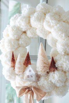 Winter Pom Pom Wreath DIY - Modern Glam - DIY Make this cozy winter wreath in 4 easy steps. Winter D. Pom Pom Wreath, Diy Wreath, Wreath Ideas, Pom Pom Tree, Pom Pom Diy, Tulle Wreath, Wreath Crafts, Tulle Crafts, Tulle Poms