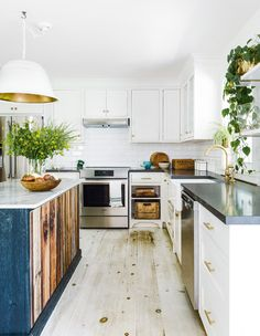 Small Kitchen Remodel Ideas to Make the Most of Your Space - Easy DIY Guide Farmhouse Style Kitchen, Kitchen Dining, Kitchen Decor, Modern Farmhouse, Kitchen Ideas, Cozy Kitchen, Dining Decor, Coastal Farmhouse, Kitchen Inspiration