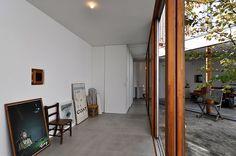 浴室前から玄関方向を見る。壁には小島さんが手がけたポスターなどが立てかけてある。 Oversized Mirror, Space, Architecture, Furniture, Rooms, Interiors, Gallery, Home Decor, Floor Space