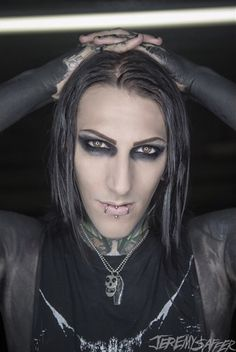 Oh my god.....gotta love Chris Motionless <3 MIW one of my new favorite bands!!!!! He's so flawless with his misfits necklace on!
