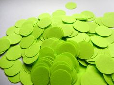 Best Garden Decorations Tips and Tricks You Need to Know - Modern Wedding Table Decorations, Wedding Tables, Paper Confetti, Diy Workshop, Glow Party, Wedding Confetti, Neon Green, Circles, Paper Table