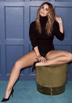 Women With Beautiful Legs, Lovely Legs, Great Legs, Nice Legs, Cute Skirt Outfits, Sexy Outfits, Women Legs, Sexy Women, Louise Redknapp