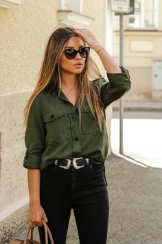 Western style is trend, see how to adapt in everyday life- O estilo western é tendência, veja como adaptar no dia a dia Green Shirt Outfits, Plad Outfits, Cowgirl Outfits, Basic Outfits, Casual Chic Outfits, Khaki Shirt, Moda Fashion, Fashion Trends, Look Cool