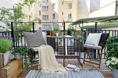 Décoration de la terrasse avec des coussins et un joli tapis  http://www.homelisty.com/deco-amenagement-terrasse/