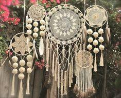 Atrapasueños en crochet - Ideas geniales ⋆ Manualidades Y DIY Los Dreamcatchers, Doily Dream Catchers, Diy And Crafts, Arts And Crafts, Crochet Dreamcatcher, Mandala Crochet, Crochet Diy, Crocheted Lace, Crochet Doilies