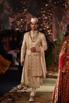 Complete Collection: Tarun Tahiliani at India Couture Week 2017 You are in the right place about Groom Outfit suspenders Here we offer you the most beautiful picture African Print Wedding Dress, Wedding Dresses Men Indian, Simple Pakistani Dresses, Wedding Dress Men, Wedding Groom, Indian Fashion Modern, Indian Bridal Fashion, Indian Fashion Dresses, Indian Outfits