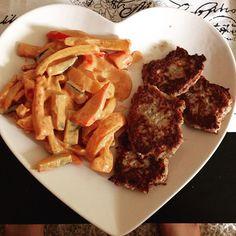 Mein heutiges Mittagessen; Pfannengemüse (Paprika Zucchini Tomate Knoblauch Kohlrabi & Zwiebeln) mit Tunfischfrikadellen an selbstgemachter Rahmsoße- unwiderstehlich lecker und gaaaanz wenig KH'S #LowCarb #lchf #lostweight #weightloss #weightjourney #heart #dish #teller #mittagessen #lunch #vegetables #panvegetables #delicious #wenigkohlenhydrate #gemüse #Herz #köstlich #fit #Fitness #fitforfun #gym #eat #eatclean #eathealthy by lowcarb.maikaa